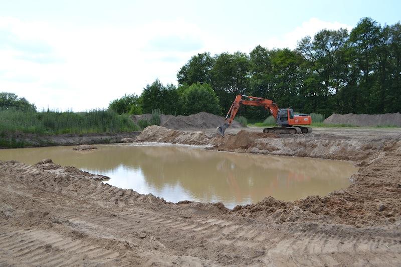 Baggersee, der durch das Ausbaggern des benötigten Sandes innerhalb einer Woche entstanden ist.