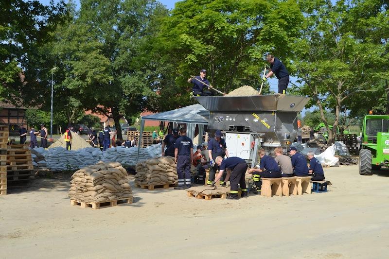 Zusätzlich stehen den Einsatzkräften Sandsackfüllmaschinen zur Verfügung.